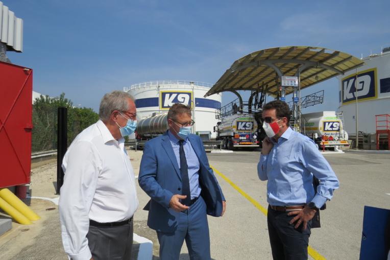 Gérard Cerruti, président de l'UPV (à gauche), François Ginouves, dirigeant de Ginouves SA (au centre), ont reçu sur le terrain du verdissement de l'économie Geoffroy Roux de Bézieux, président national du Medef. Photo OR