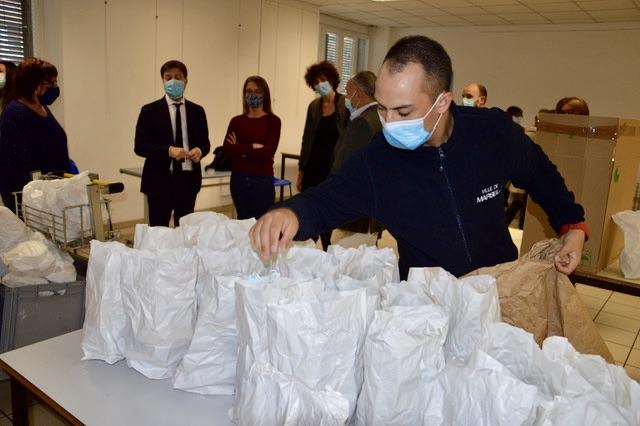 A ce jour, plus de 12 470 repas, 105 000 bouteilles d'eau et 56 000 masques ont été distribués par les équipes du SAMU social. ©NBC