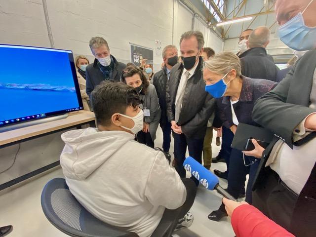 La ministre Elisabeth Borne s'est entretenue avec des jeunes qui viennent d'intégrer le dispositif « La Promo 16 / 18 ». ©NBC