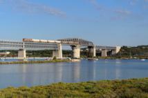 Train de gaz sur le pont de Caronte à Martigues reliant Lavera à Miramas avant de gagner l'Italie. ©RDT13