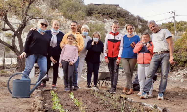 Dans le cadre du sociétariat de conviction, la SLE de Michelet-Mazargues mène une action solidaire de jardinage afin de favoriser l'intégration des personnes trisomiques. Photo©CEPAC