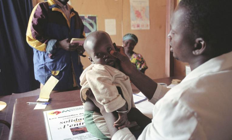 Consultation dans un centre de santé en Afrique©Santé Sud