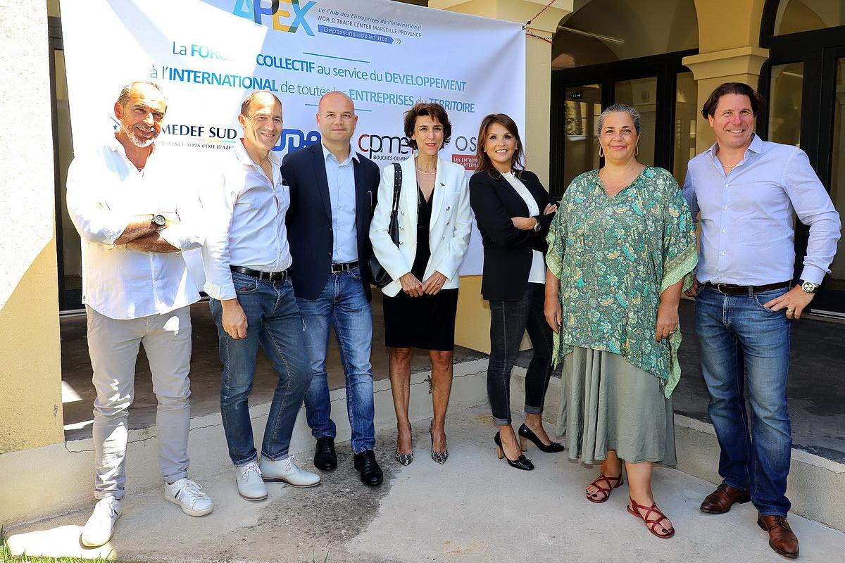 Nathalie Hagège entourée des membres du nouveau collectif. Photo ©Robert Poulain