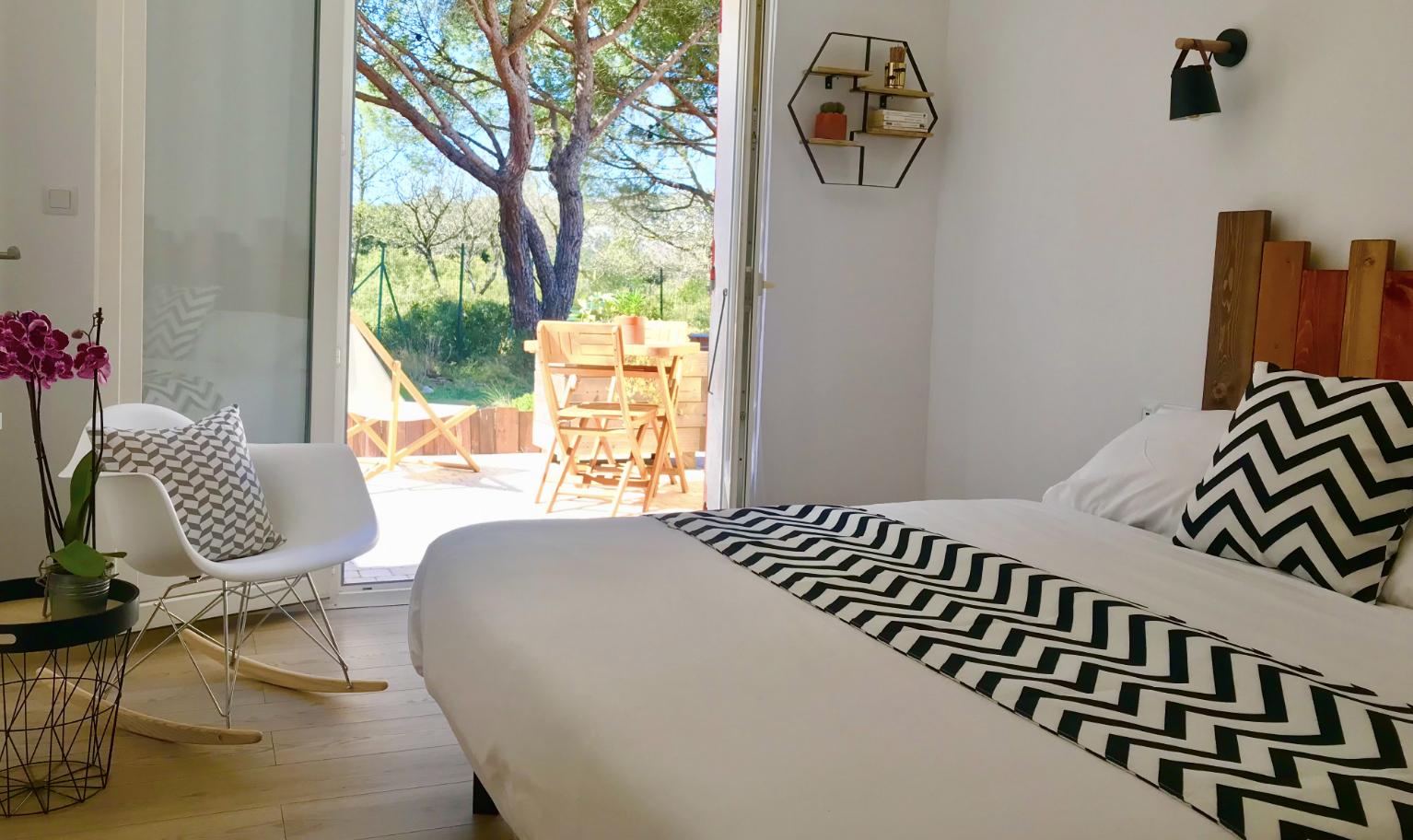 Des chambres à la décoration simple, dont beaucoup possèdent une terrasse aux portes des Calanques
