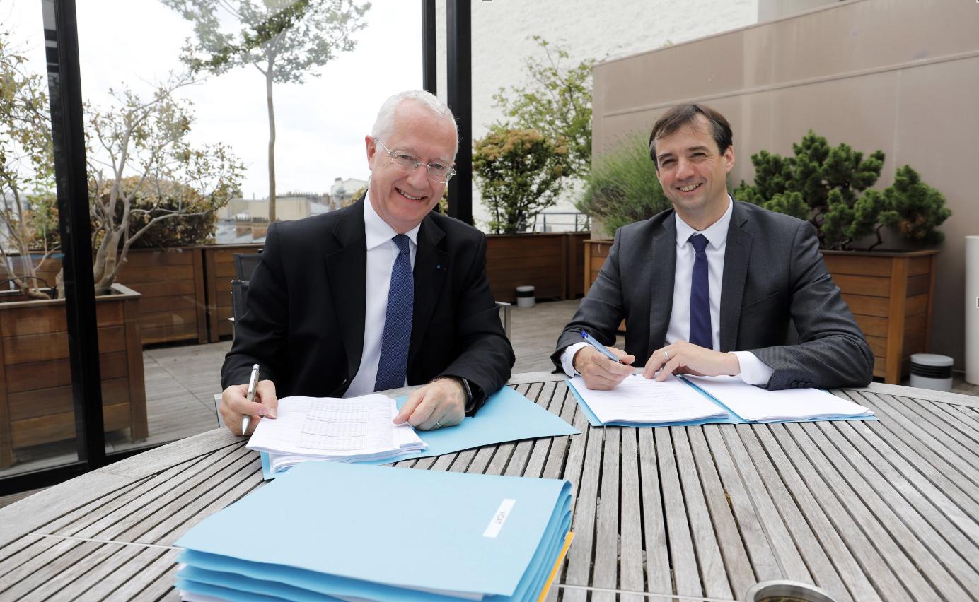 De g à dr : Guy Sidos, Pdg de Vicat et Sébastien Petithuguenin, dg de Paprec, lors de la signature©DR