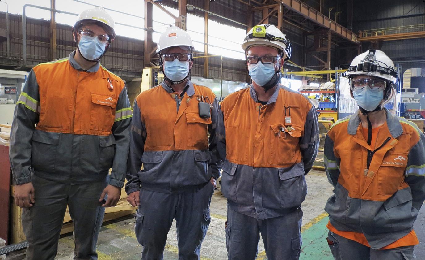 Pascal Hislen et Jacques Veinante entourés d'Anton Fernandez à gauche et Fattoum Gharbi à droite, formés en alternance à l'atelier de maintenance mécanique et électrique. (Photo JC Barla)