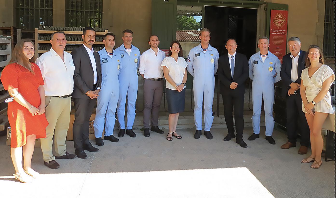 Julie Bousquet-Fabre entourée des pilotes de la Patrouille de France et d'élus du pays salonais (Photo JC Barla)