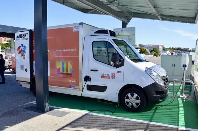 Le projet EnerNETMob, porté par le pôle de compétitivité Capénergie, associe Renault Tricks, Clovis Location, Carosserie Lambert, Engie, Urby et Engie. ©NBC
